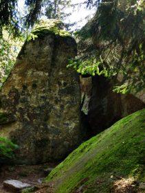 Weg zwischen den Felsen