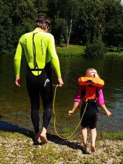 Schwimmtraining mit Kind als Treibanker