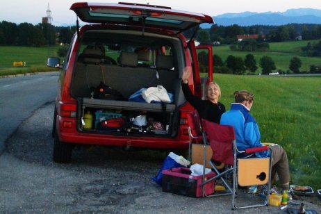 Immer alles dabei für das Picknick - von Grill bis Campingstühle und Schlauchboot