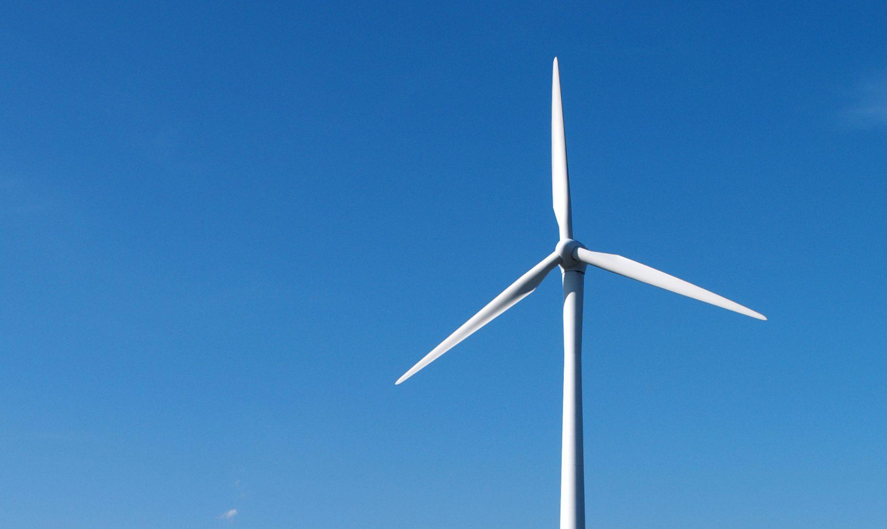カールスルーエ市エネルギーの丘の発電風車と石炭火力発電所(左奥)、2012.09.30. © Matsuda Masahiro