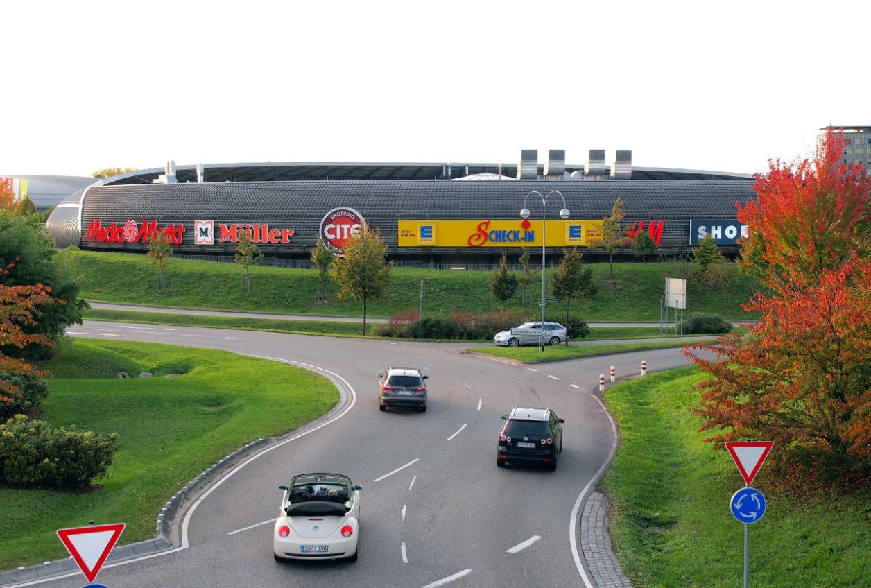 大型商業施設と整備された国道500号線のロータリー。隣接してシネマコンプレックスも建設された © Matsuda Masahiro