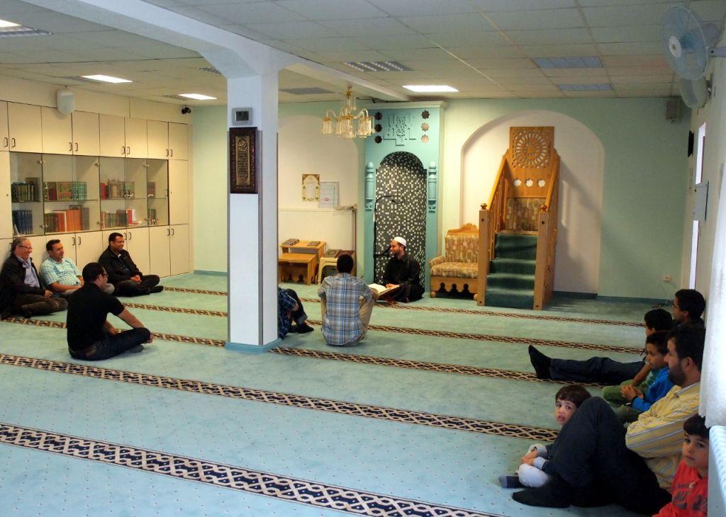 説教壇に座るイマーム(指導者)が信者を前に講話している。金曜礼拝には2000人を超える信者が集まることもある © Matsuda Masahiro