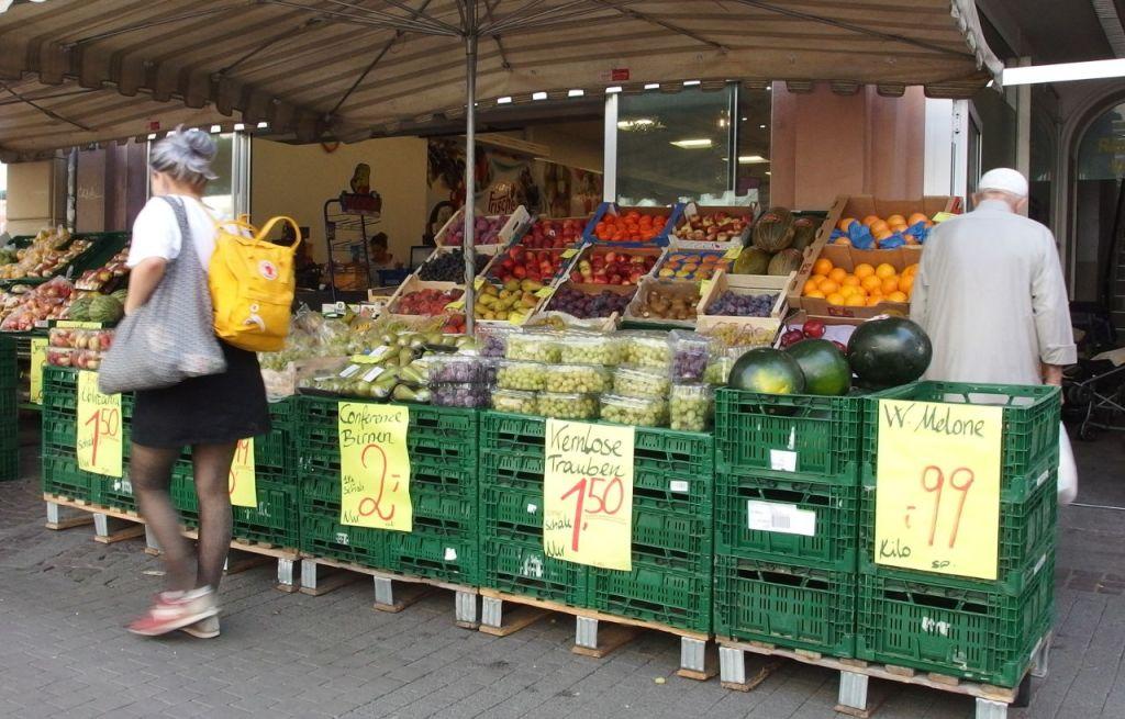アラブ食品店、安くて新鮮なため、宗教にかかわりなく地域住民に人気が高い、カールスルーエ © Matsuda Masahiro