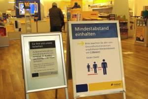 郵便局の入り口に置かれた注意書き:「前のお客さんと2 mの間隔を空けてください」 © Matsuda Masahiro