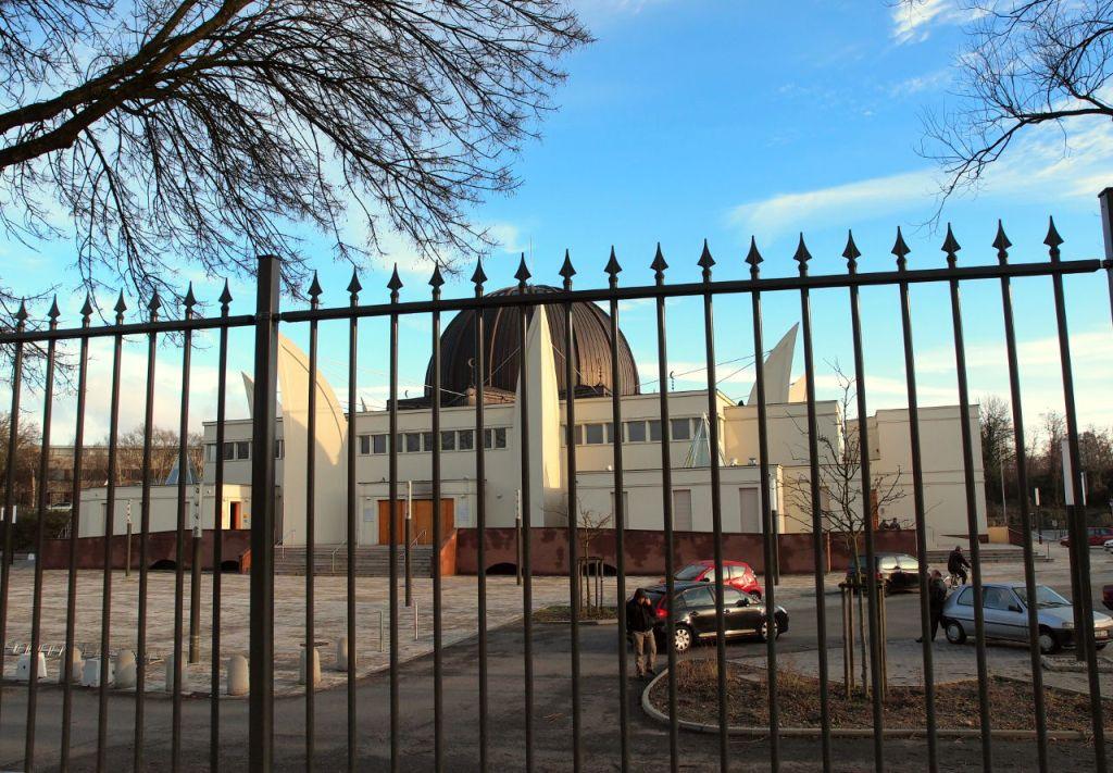 ストラスブール(仏)のグランデ・モスク。武装した兵士が敷地内を警備している、2015.01.18. © Matsuda Masahiro