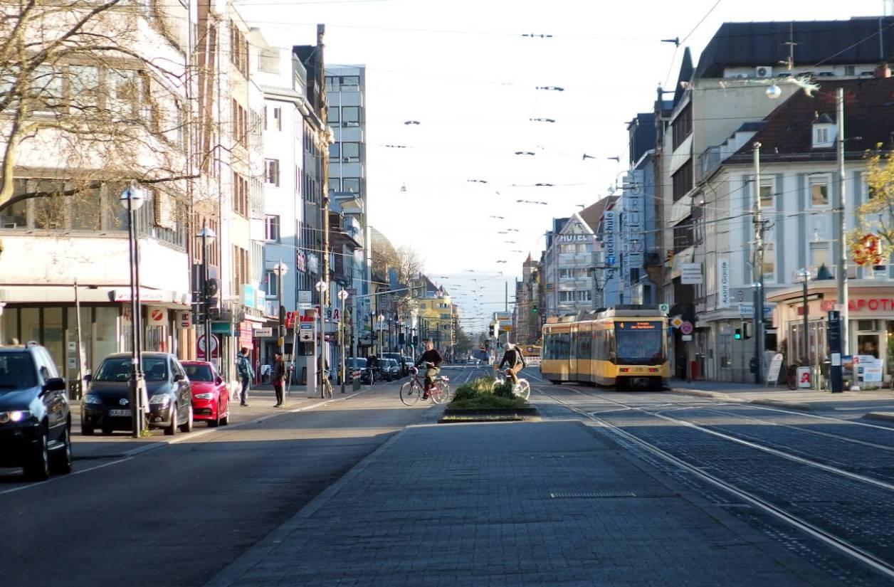 平日午後06:30の大通り。通常なら帰宅ラッシュの時間帯だが、車の通りはほとんどない © Matsuda Masahiro