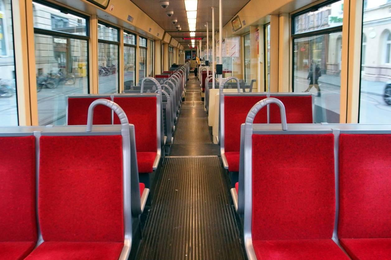 トラム(路面電車)は貸し切り状態。通常の乗車率は7割程度。カールスルーエ市、4月3日18:30 © Matsuda Masahiro