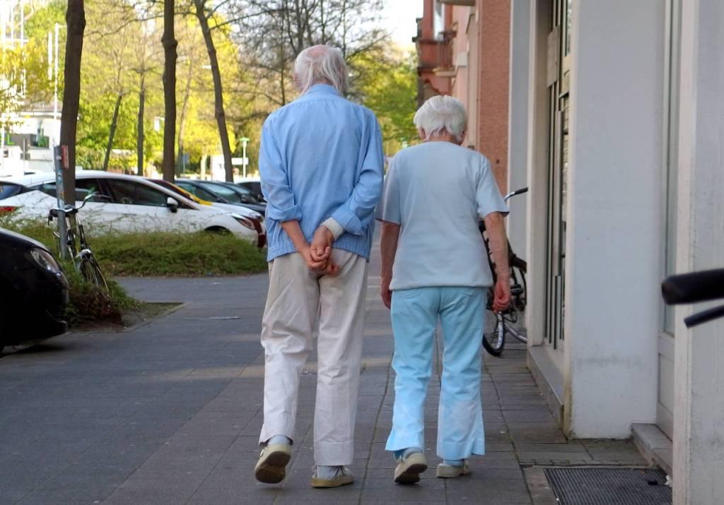 高齢者にとっては散歩も高リスク © Matsuda Masahiro