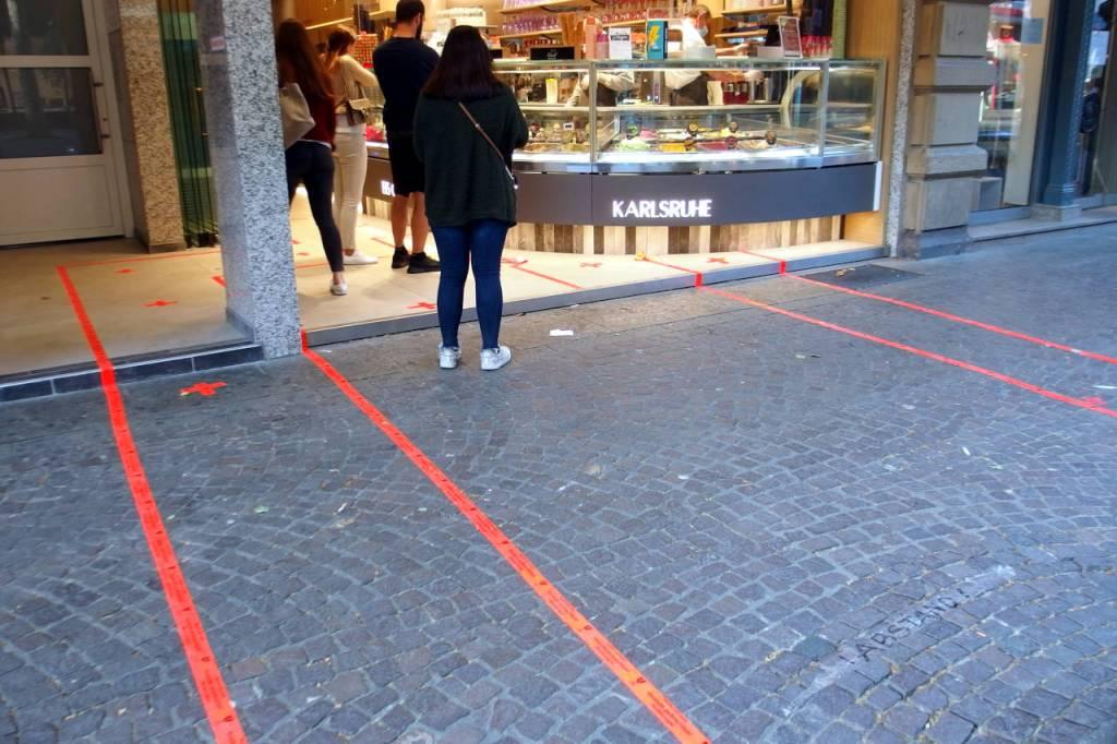 アイス屋前の歩道に描かれた枠線、カールスルーエ、2020年4月20日 © Matsuda Masahiro