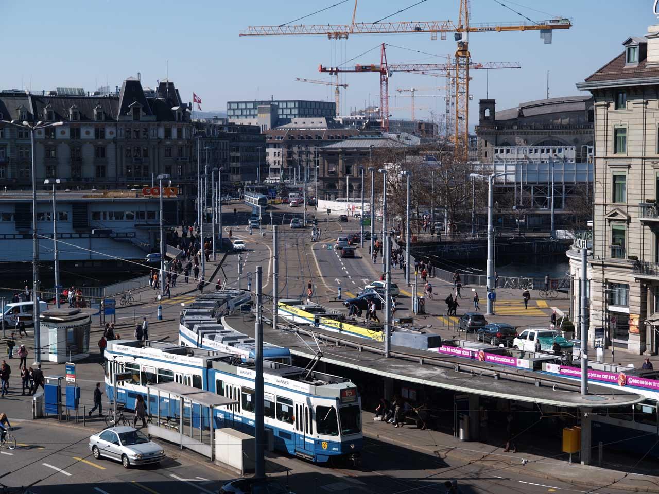 橋の向こう側右手にチューリッヒ中央駅が見える。20億CHFを投じた新線建設(9.6km)のため、駅にはクレーンが林立している、2012.03.16. © Matsuda Masahiro