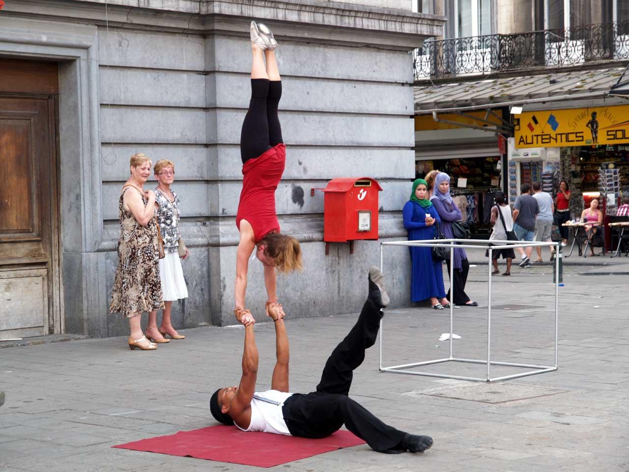 街角で技を披露する大道芸人、ベルギー・ブリュッセル、2012.08.19. © Matsuda Masahiro