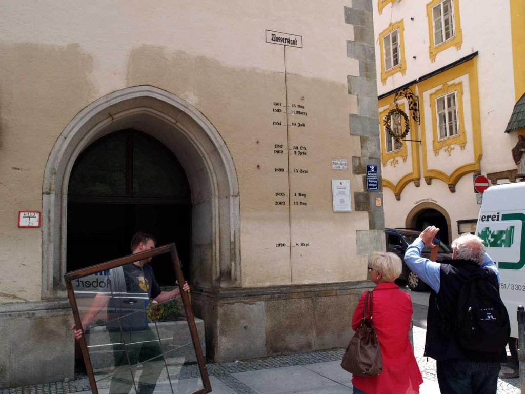 1階が水没したパッサウ市役所。壁の刻みは洪水の記録。史上最高となった今回の水位(水跡の上端)には「2013-03.06」の手書き文字が見える、ドイツ・パッサウ、2013.06.11. © Matsuda Masahiro