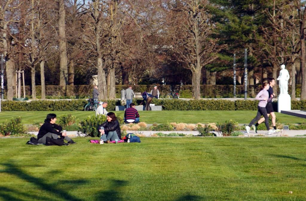 微妙な「社会的距離」を保ちながら公園で春の陽気を楽しむ人々、カールスルーエ、2020.04.02. © Matsuda Masahiro