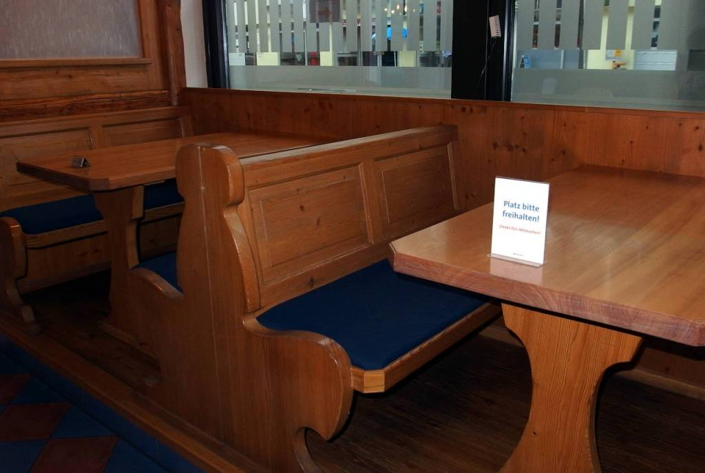 レストランのテーブル席、右のテーブルに置かれているプレートには「ここに座らないでください」と書かれている、シュトゥットガルト、2020.07.04. © Matsuda Masahiro