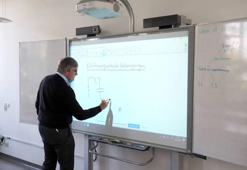 電子黒板・プロジェクターを利用した授業風景、カールスルーエ ©MATSUDA, Masahiro
