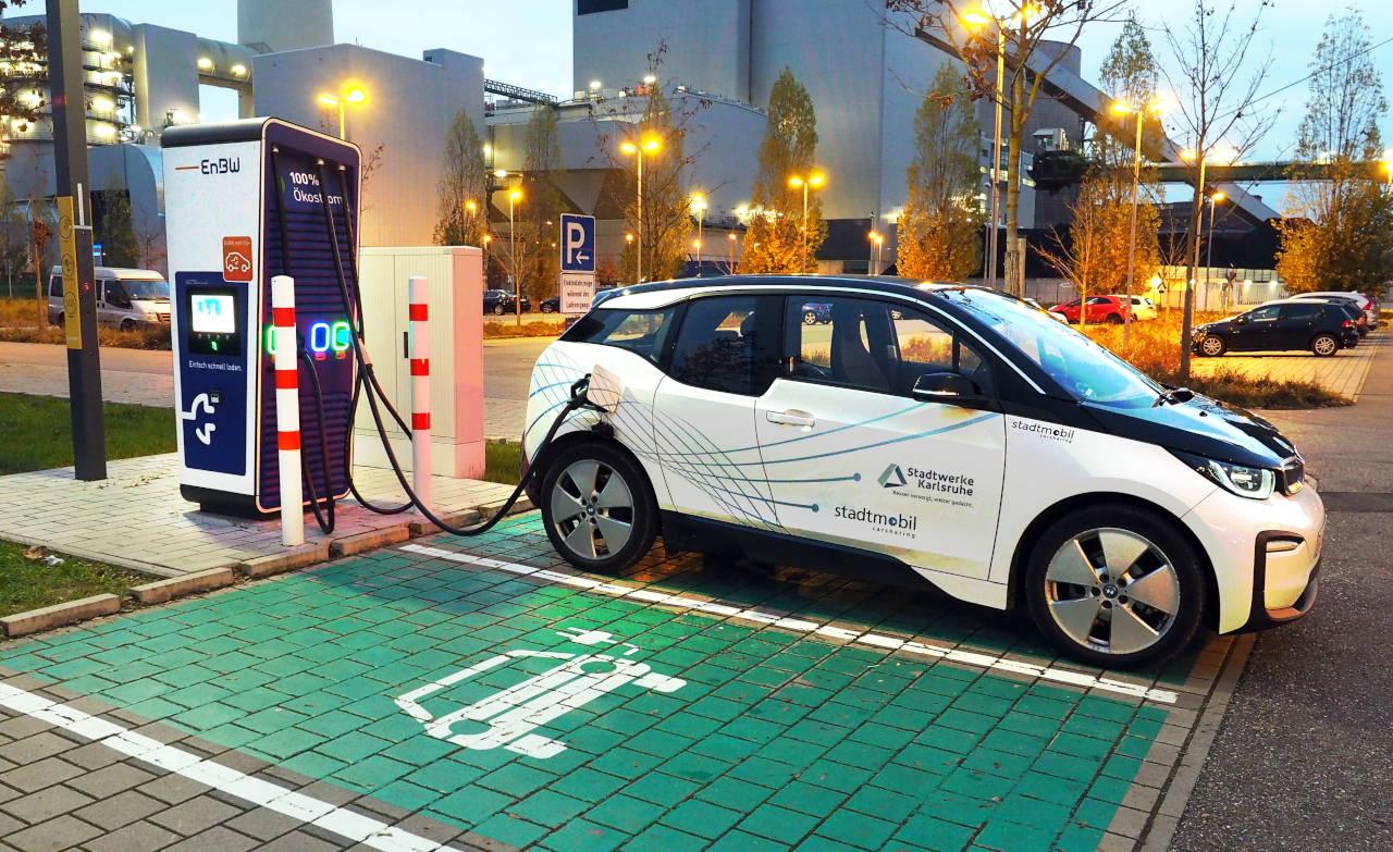 充電スタンドで急速充電中のi3。充電料金は約0.4ユーロ/kWh、カールスルーエ ©MATSUDA, Masahiro