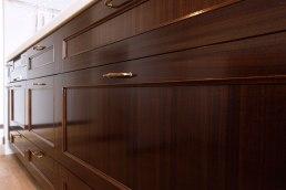 ウォルナット突板のキッチン扉