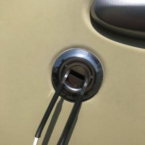 お車のカギはピッキングにてカギを壊さず開けます。