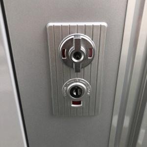 INABA物置の鍵を壊さず開けます。
