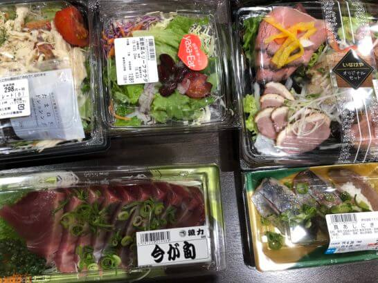 刺し身、ローストビーフ、サラダ、寿司