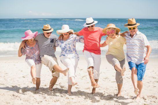 海辺で遊ぶ高齢者