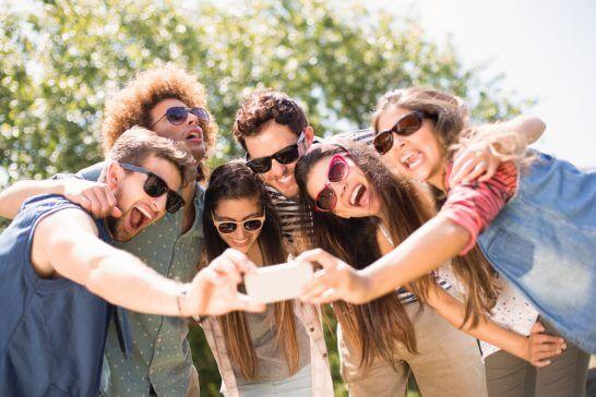 写真を撮る若者たち