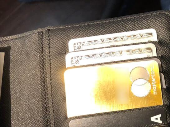お財布の中で光り輝くラグジュアリーカード(ゴールドカード)