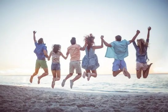 海辺で遊ぶ若者たち (1)
