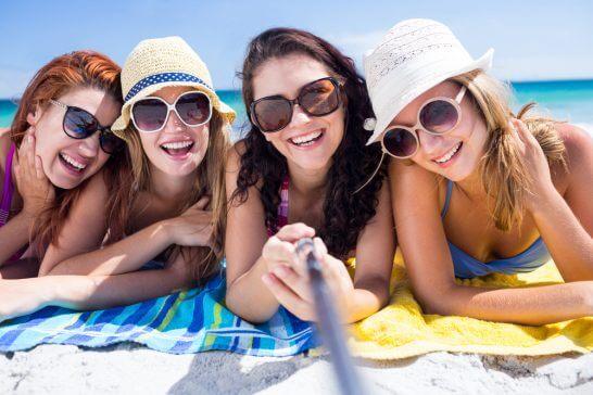 海辺で遊ぶ女性