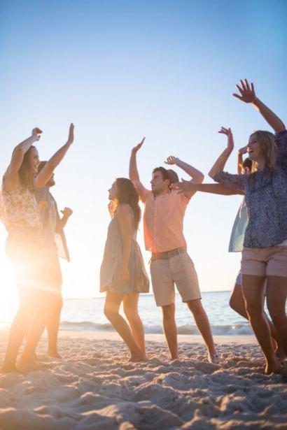 海辺で遊ぶ若者たち