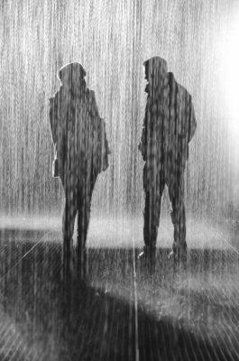 大雨の中の2人