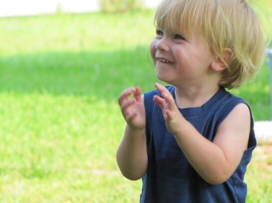 笑顔で手を叩く子供
