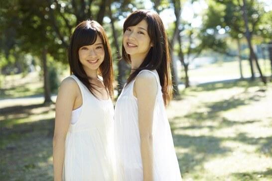 野外で微笑む二人の女性