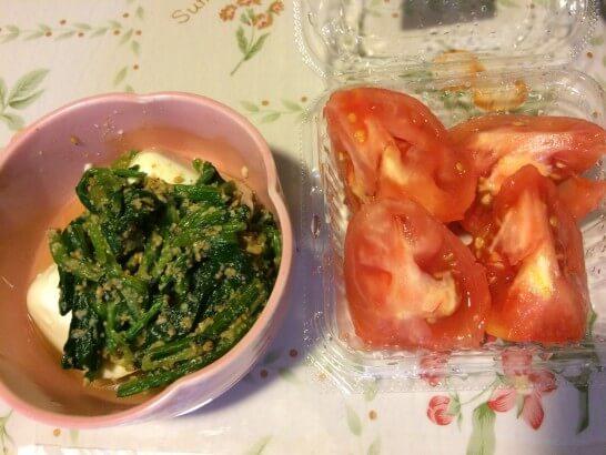 豆腐の上にほうれん草、トマト