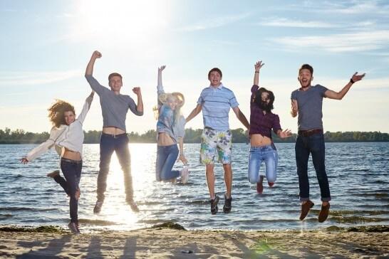 ジャンプする6人の若者
