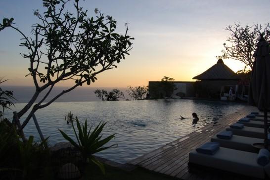 リゾートホテルの夕暮れのプール