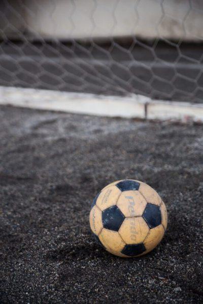 ゴールネットとサッカーボール