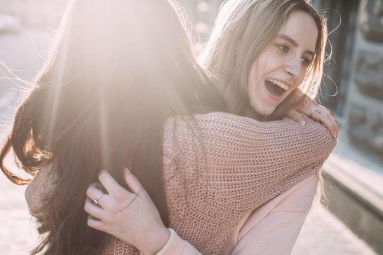 抱き合う2人の親友