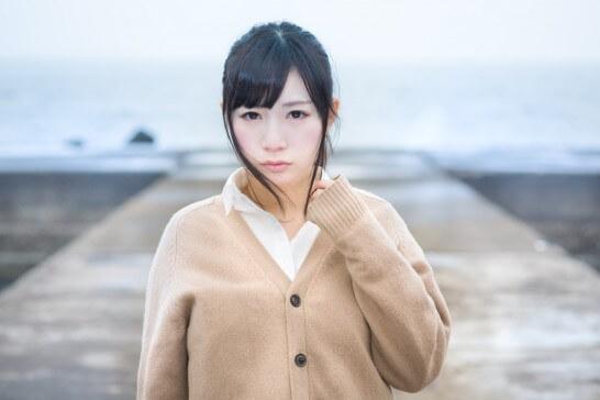 埠頭に立つ女子高生