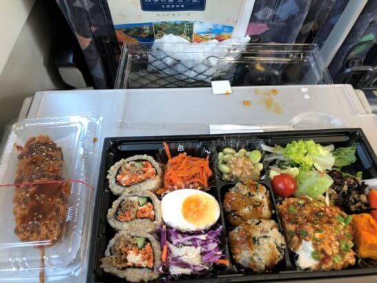 JR特急電車の中で食べる弁当