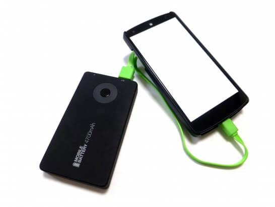 スマートフォンとモバイルバッテリー