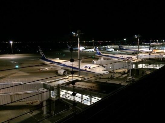ANAの飛行機(夜の空港)