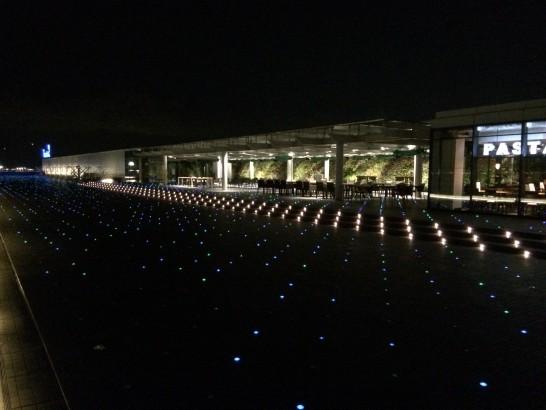 夜の羽田空港のエアポート