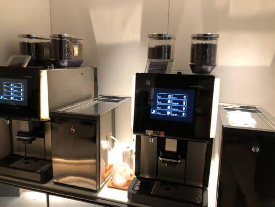 羽田空港 POWER LOUNGE CENTRALのコーヒーマシン