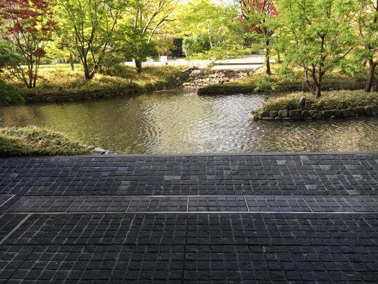 インターコンチネンタルホテル大阪のビルの庭園 (2)