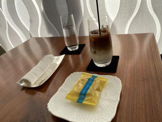 ビューゴールドラウンジのアイスカフェラテとお菓子