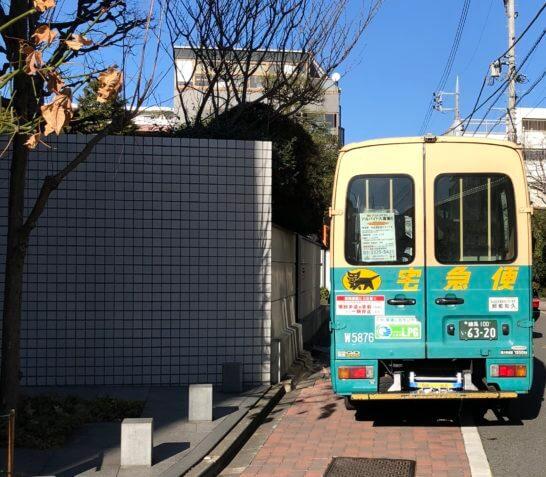 停車するヤマト運輸のトラック