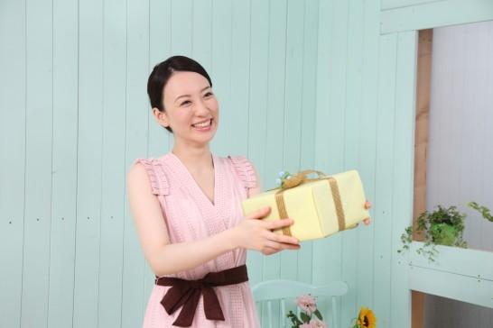 プレゼントを交換する女性