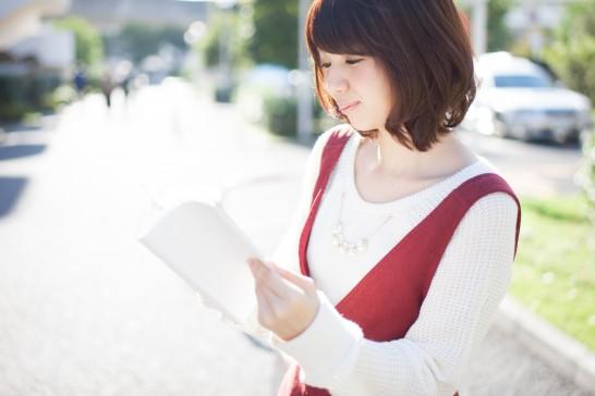 屋外で読書する女性
