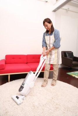 掃除機をかける女性